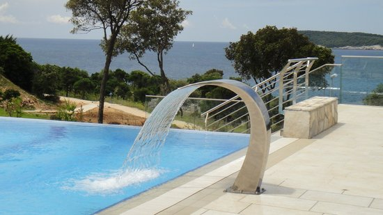 Valamar Lacroma Dubrovnik: Infinity pool and waterfall