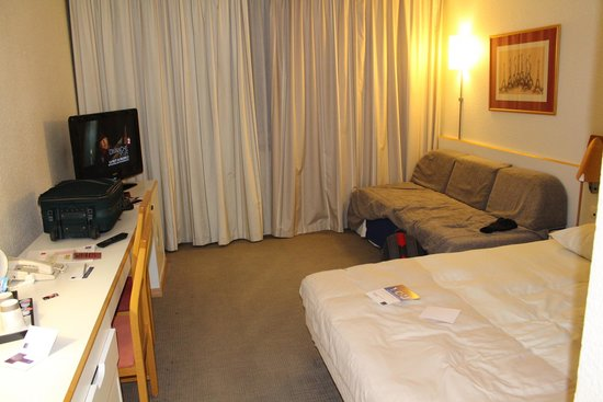 Novotel Evry Courcouronnes : A twin room - where is the second bed?