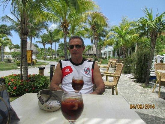 Sol Cayo Largo: tomando un aperitivo en el bar del hotel