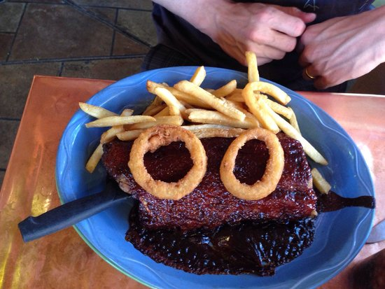 Oscar's Cafe : Ribs with barbecue sauce, fries and fried onions. Taste better than the look 8-)