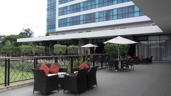 Mount Meru Hotel: Patio and seating area at the back of the hotel.