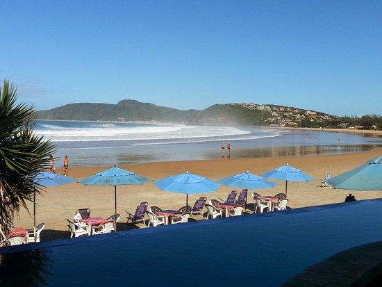 Chez Pitu Praia Hotel: Vista lado esquerdo de Geriba e espaço reservado para serviço de praia.