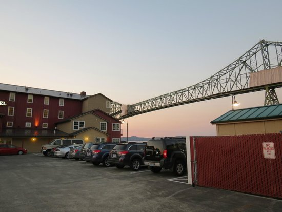 Cannery Pier Hotel: side view from parking lot