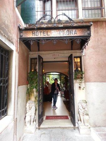 Hotel Flora: Front doors to hotel