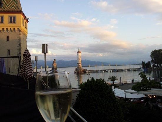 Hotel Helvetia: Glaesschen Bubbles mit Blick ueber den Hafen