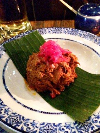 Azul Historico: Cochinita pibil con achiote, salsa X-ni-pek, frijoles negros colados y tortillas de maíz