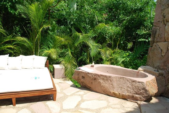 Imanta Resort: Outdoor bed and tub