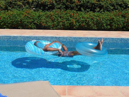 """Carme Villas : attività """"sportiva"""" in piscina"""