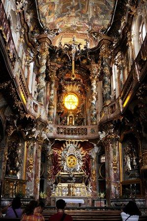 Asamkirche: 中は相当暗い。装飾を美しく見せる為外光をうまく取り入れているという