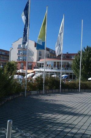 The Monarch Hotel: Gesammt Ansicht Hotel mit Außen Pool