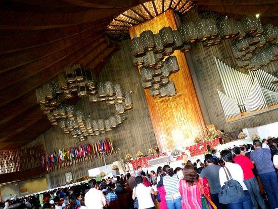 Basilica de Santa Maria de Guadalupe : Luces sobre el altar