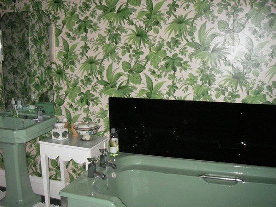 Loughbrow House: The floral bathroom