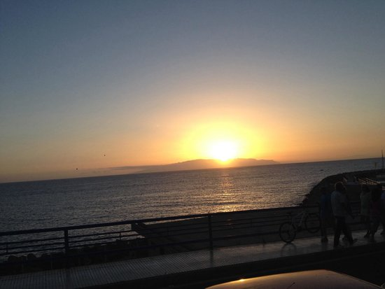 La Gran Paella Valenciana: Sonne geht hinter La Gomera unter - perfekter Sitzplatz draußen