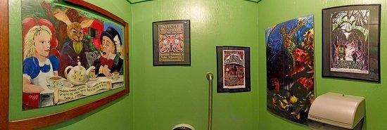 Green Salmon Coffee Shop: Bathroom