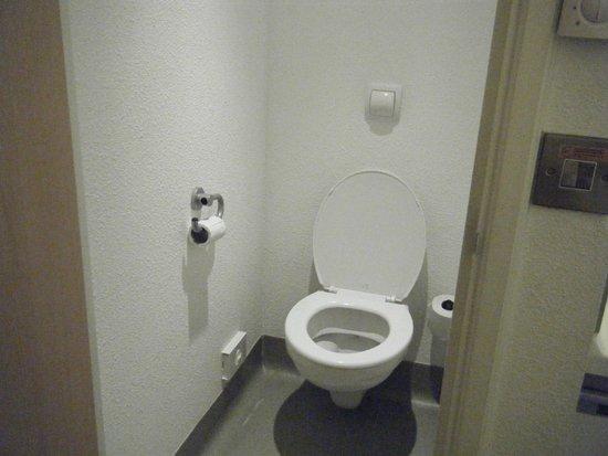 Hotel ibis budget Leeds Centre: toilet