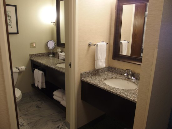 Crowne Plaza Lansing West: Great to another sink outside the Bathroom!
