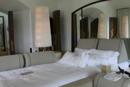 Phulay Bay, A Ritz-Carlton Reserve: You'll have a hard time finding a bigger bed anywhere!