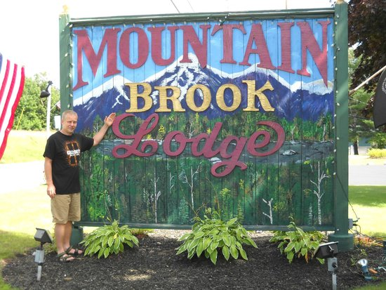 Mountain Brook Lodge: My husband by the sign