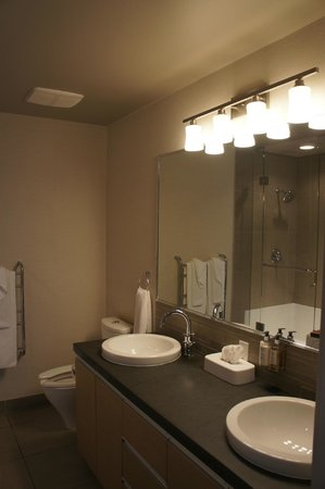 The Sidney Pier Hotel & Spa: double sink and big mirror