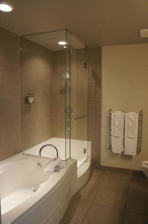 The Sidney Pier Hotel & Spa: separate shower and tub