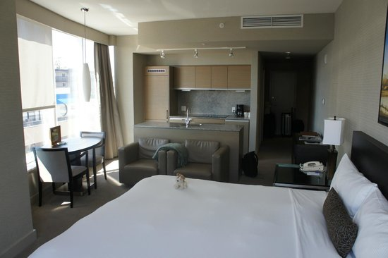The Sidney Pier Hotel & Spa: 3rd floor corner room with large kitchen area