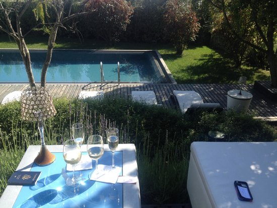 Winery Boutique Hotel : Welcome drinks with a view of the pool!