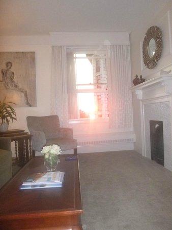 Union Club British Columbia: Living room in suite