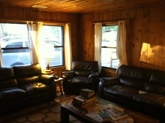 Idyllwild Inn: living room, with very comfy couches