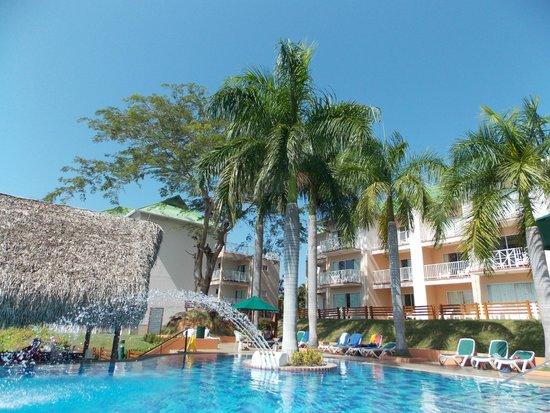 Royal Decameron Golf, Beach Resort & Villas : Adult pool with swim-up bar.