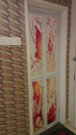 Hotel de Art: Toilet door