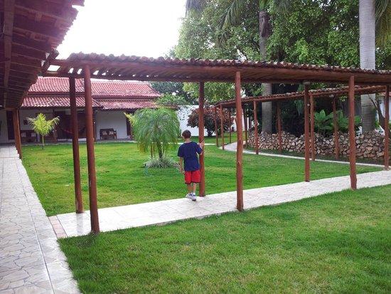 Hotel Pousada Bonsai: Jardim entre os apartamentos e a área de piscina/lazer