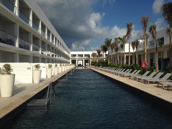 Platinum Yucatán Princess All Suites & Spa Resort: Swim out suites looking toward the lobby