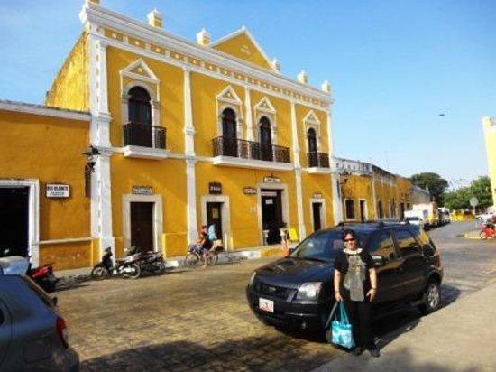 Hotel San Miguel Arcangel: El hotel está frente a la plaza principal