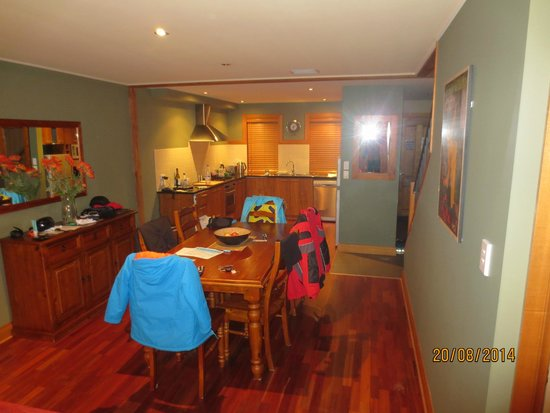 Wanaka Luxury Apartments: Kitchen + dining