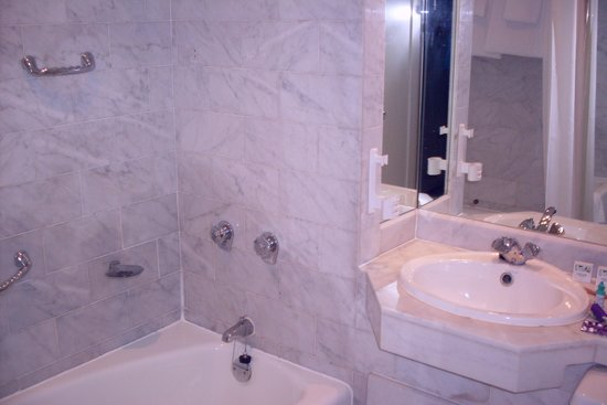 Ballsbridge Hotel: Carrera marble bath