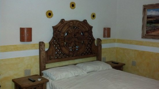 Hacienda Los Algodones: Beautifil bed with wall art
