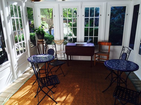 Front Street Inn: Delightful breakfast setting