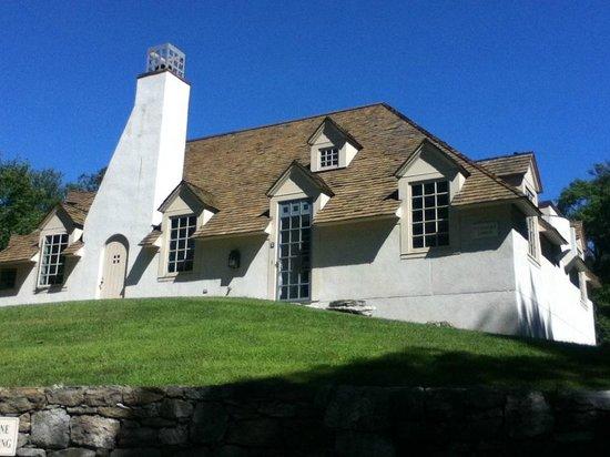 Stonecrop Gardens: Building