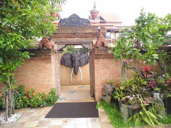 At Chiang Mai Hotel : Entrance