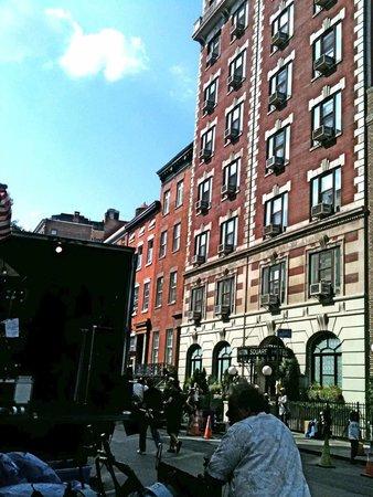Washington Square Hotel: ホテル前