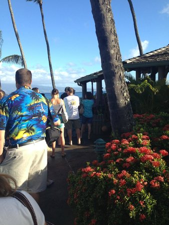 Gazebo Restaurant at Napili Shores: it's 7:30am - look at the line-up!