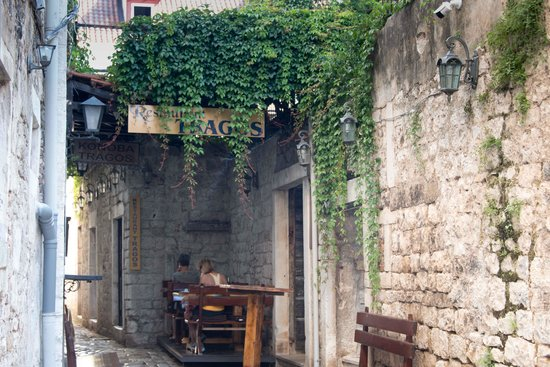 Hotel Tragos : Hotel and restaurant in small streets