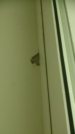 Dayang Bay Serviced Apartment & Resort: One of Many cracks on Wall