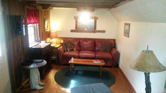 Chuckwagon Inn Bed & Breakfast: Inside Larry Bill's Cabin