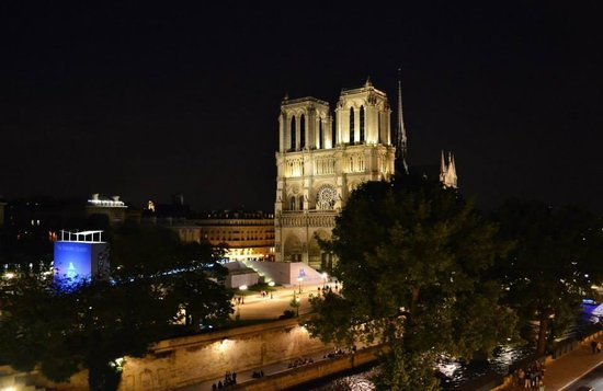 Hotel le Notre Dame: Night view from hotel