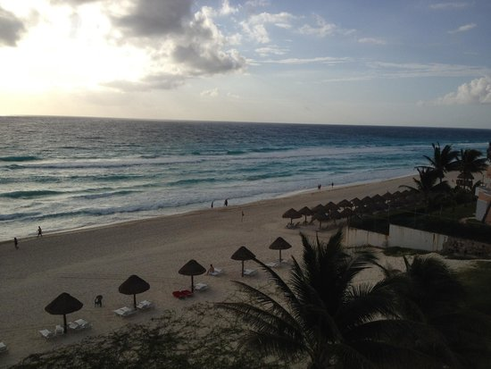 Grand Oasis Cancun: View of the beach from our balcony