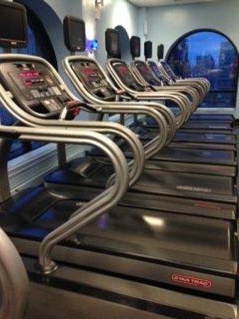 New York Marriott East Side: Treadmills in fitness center