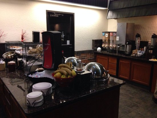 Best Western Plus Longbranch Hotel & Convention Center: Breakfast area is great and yummy