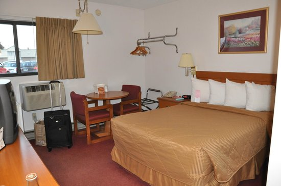 Rodeway Inn: Our room - bed side
