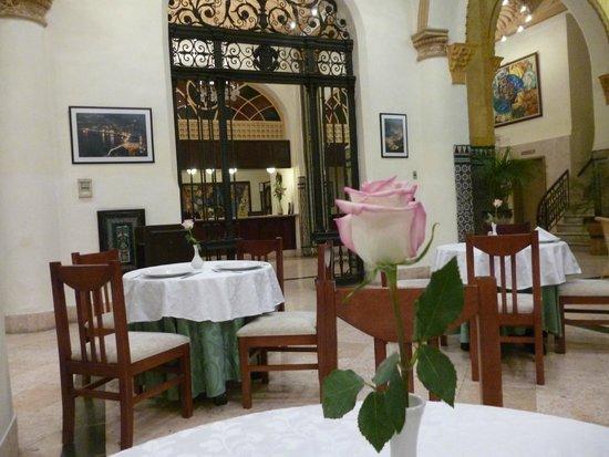 Hotel Inglaterra: El comedor, las mesas adornadas con una rosa